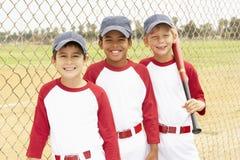 棒球男孩合作年轻人 免版税库存图片