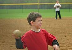 棒球男孩投掷 免版税库存照片