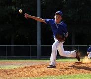 棒球联盟小的投手 免版税库存照片