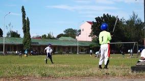 棒球运动员严谨地为接踵而来的体育运动事件被训练 活动公共 股票视频