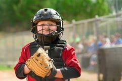 年轻棒球运动员佩带的俘获器齿轮 免版税库存照片