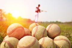 棒球运动员实践波浪在领域的一根棒 免版税库存图片