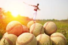 棒球运动员实践波浪在领域的一根棒 免版税图库摄影