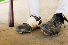 棒球运动员的鞋子特写镜头  免版税库存照片