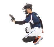棒球运动员,捕手,对捉住的下跪姿态 免版税库存图片