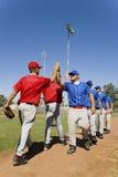 棒球运动员给高五 免版税库存图片