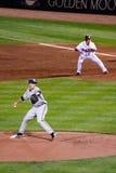 棒球-与赛跑者的Greinke Slidestep在第1 库存图片