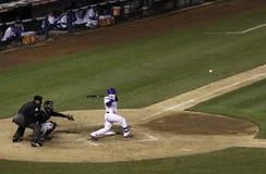 棒球-里格利调遣球被击中对左边 库存照片