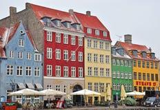 棒长期吹嘘许多哥本哈根丹麦欧洲的热点nyhavn一街道游人 库存照片