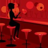 棒饮用的女孩马蒂尼鸡尾酒 库存照片