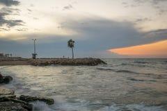 棒Galim海滩散步,在日落,海法 免版税库存照片