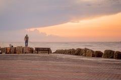 棒Galim海滩散步,在日落,海法 库存图片