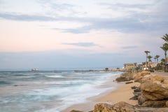 棒Galim海滩散步,在日落,海法 图库摄影