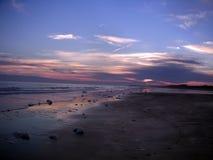 棕榈南卡罗来纳日落小岛通过与紫色天空的云彩 图库摄影