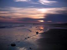棕榈南卡罗来纳日落小岛通过与紫色天空的云彩 免版税图库摄影