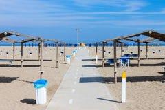 棕榈叶太阳树荫的行在海滩的 库存照片