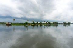 棕榈树和多云天空在喀拉拉的死水 库存照片