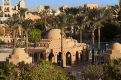 棕榈树和绿叶照片绿洲  沿海滩的议院在Makadi,埃及 库存图片