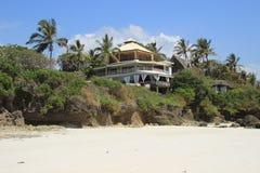棕榈树围拢的印度洋的岸的旅馆 肯尼亚,非洲 免版税库存图片