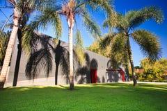 棕榈树在石标的庭院,澳大利亚里 免版税库存图片