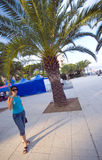 棕榈树妇女 免版税库存照片
