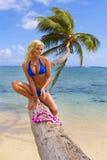 棕榈树的妇女 免版税库存照片