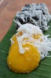 棕榈汁蛋糕顶部在香蕉叶子的切片椰子 库存照片