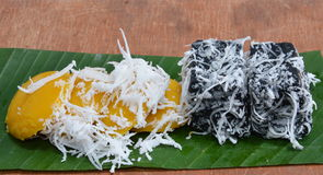 棕榈汁蛋糕顶部在香蕉叶子的切片椰子 免版税图库摄影