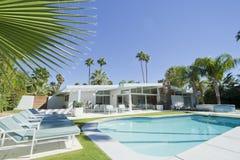 棕榈泉游泳池 免版税图库摄影
