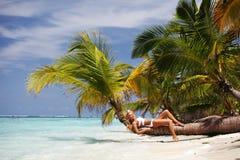 棕榈的妇女 库存照片