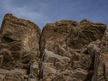 棕榈Desert与长的裂痕的岩石露头反对蓝天 库存照片