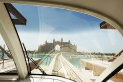 棕榈Jumeirah单轨铁路车到达在亚特兰提斯棕榈,从单轨铁路车火车窗口的看法的迪拜  免版税库存照片
