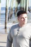 棕色体贴表达式头发的人 免版税库存图片