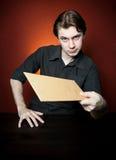 棕色信包人年轻人 免版税库存图片