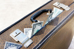 棕色充分的货币老手提箱 图库摄影