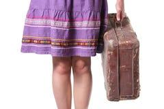 棕色减速火箭的手提箱妇女 免版税库存照片