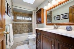 棕色口气的传统卫生间与天窗 库存图片