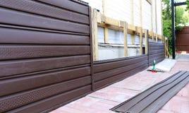 棕色塑料房屋板壁的设施在门面的 库存照片