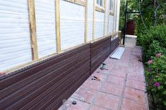棕色塑料房屋板壁的设施在门面的 库存图片