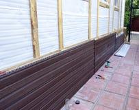 棕色塑料房屋板壁的设施在门面的 图库摄影