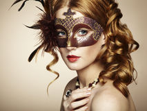 棕色威尼斯式屏蔽的美丽的少妇 免版税库存照片