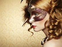 棕色威尼斯式屏蔽的美丽的少妇 库存图片