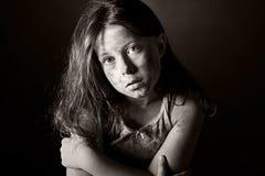棕色害怕的儿童污浊头发 免版税库存照片
