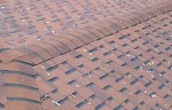 棕色屋顶木瓦顶视图与一些片下落的叶子的 库存图片