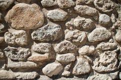 棕色岩石墙壁  免版税库存照片