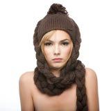 棕色帽子佩带的妇女年轻人 库存图片