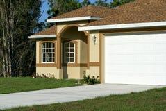 棕色房子白色 图库摄影