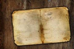 棕色木表面上的老葡萄酒纸 免版税库存照片