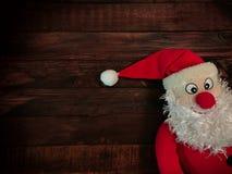 棕色木表面背景的圣诞老人  免版税图库摄影