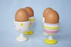 棕色杯子怂恿蛋柔和的淡色彩春天 库存照片